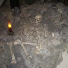 Reconstruction of the burial in the cave of La Chapelle-au-Seine.